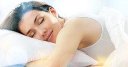 Frau schläft auf Allergikerkissen